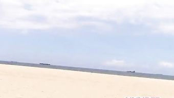 Молоденькие подружки делят член парня на пляже