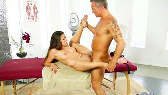 Милый массажист ублажает молодую клиенту на приеме