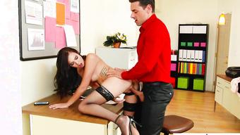 Босс трахает секретаршу в чулках за плохой отчет