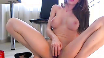 Брюнетка с пышными сиськами мастурбирует на вебку