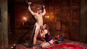 БДСМ госпожа отсасывает член татуированного раба