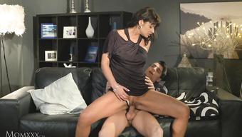 Русская жена в трусиках садится на член мужа со спермой в рот