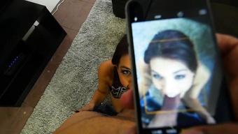 Негр дает в рот брюнетке снимая все на айфон