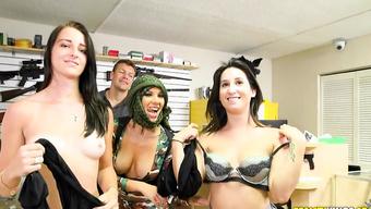 Молодые сучки сняли лифчики в магазине оружия