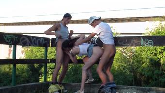 Два друга трахают дешевую проститутку на улице