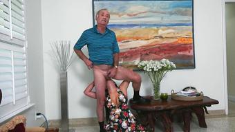 Богатый старик заставил девушку лизать очко и сосать член