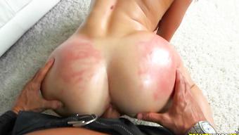 Черт жарит брюнетку с жесткими шлепками по заднице
