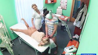 Секс терапия для молодой парочки в кабинете гинеколога