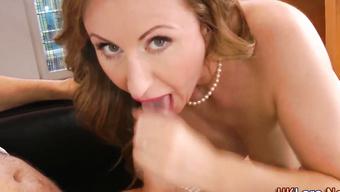 Элегантная проститутка трахается втроем и глотает сперму