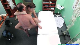 Грязный доктор отжарил влагалище молодой девушки на осмотре