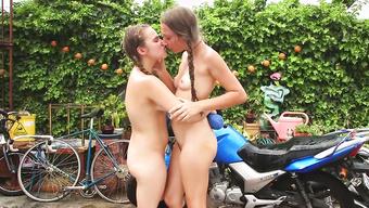 Русские девушки эротично целуются путешествуя по деревне