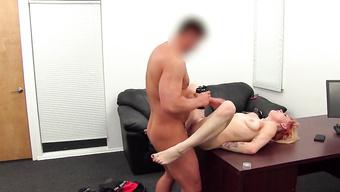 Гибкая мамочка жестко долбится сзади на порно кастинге