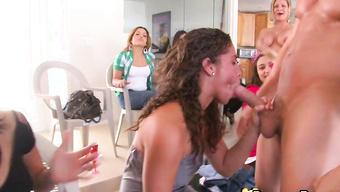 Зрелые и молодые сучки сосут член на публику вечеринки