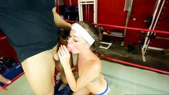 Спортивная брюнетка отсасывает член тренера по боксу