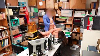 Телка с татуировкой навестила парня на секс в офисе