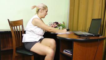 Пышечка с волосатой вагиной начала мастурбацию в офисе