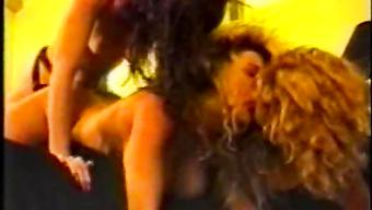 Ретро лесбиянки устроили групповуху со страпоном