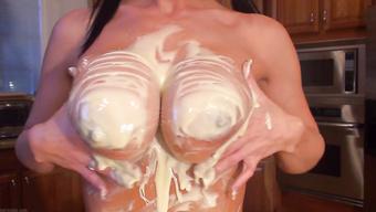 Девушка с косичками вымазала свои сиськи кремом на кухне
