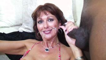 Зрелая дама вдоволь попила спермы на гангбанге с неграми