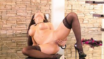 Женщина в пикантном белье танцует стриптиз с дрочкой вагины