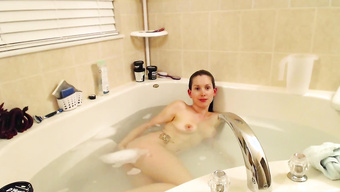 18-летняя девушка приняла ванную на домашнюю камеру