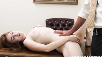 Рыжая девушка мастурбирует киску перед старым пердуном