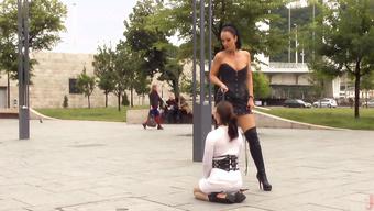 Госпожа в латексе унижает сучку с горячей попкой на публике