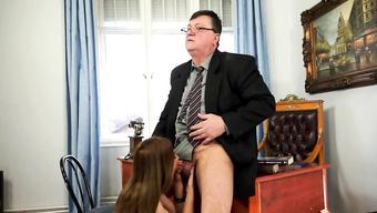 Гламурная девушка делает минет для адвоката вместо платы