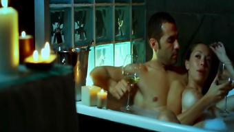 Латинская женушка принимает пенную ванну с мужем