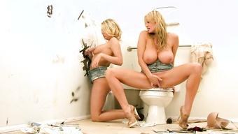 Грязные блондинки отсасывают член мужика через дыру в стене