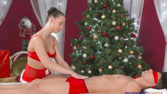 Жена порадовала мужа эротическим массажем и ласками на рождество