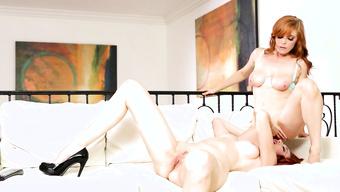 Две рыжеволосые лесбиянки получают оргазмы от куннилингуса