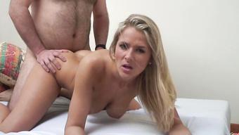 Сексапильная блондинка ублажает сладкой вагиной пошлого мужика
