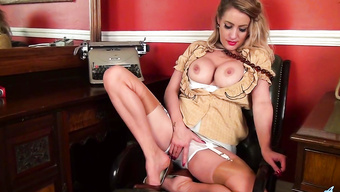 Деловая красавица мастурбирует ухоженную дырку в кабинете
