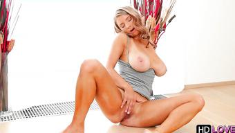 Грудастая блондиночка мастурбирует бритую киску перед тренировкой