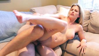 Несдержанный сожитель накончал в розовую вагину пылкой жене