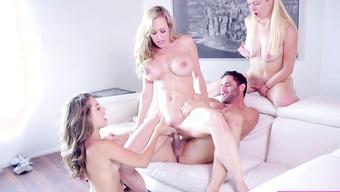 Две девушки и сисястая бабенка пользуются большим пенисом парня