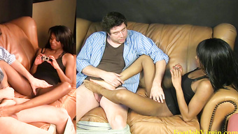 Потрясающая негритянка дрочит жирному везунчику изящными ногами