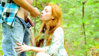 Рыжеволосая членососка довела парня до эякуляции в лесу минетом