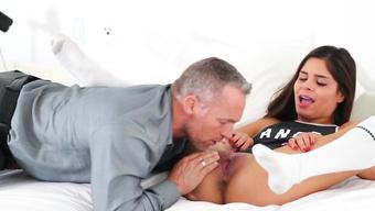Седой развратник мастурбирует и вылизывает киску красивой студентки