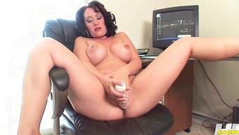 Грудастая прошмандовка дрочит вагину большим дилдо на рабочем месте
