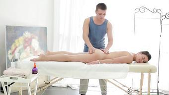 Наглый массажист массирует упругую задницу худенькой брюнетки