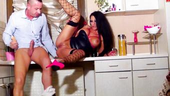Ненасытный кавалер порет сексапильную  бабенку на кухонном столе