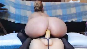 Горячая блондинка в чулках трахает свою попку фаллосом