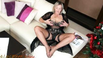 Сексапильная зрелка показывает эротичное белье на диване