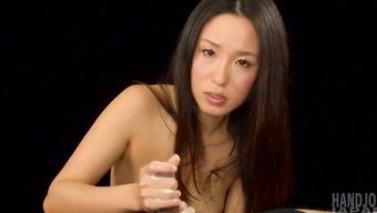 Азиатская худышка заставляет пошлого парня обкончаться от дрочки члена