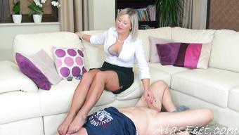 Шикарная бабенка дрочит член извращенцу пока он лижет ее ноги