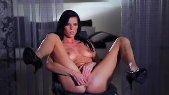 Сексуальная женщина доводит себя до оргазма мастурбацией вагины