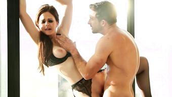 Озабоченный крендель трахает сексуальную деваху перед окном