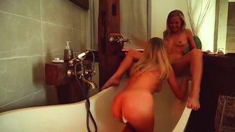 Сексапильные блондиночки страстно лижут сладкие письки в ванной